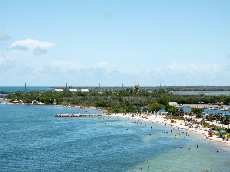 Calusa Beach, Florida Keys, Florida, Estados Unidos Parque estatal Bahia Honda Peopke disfrutando de la hermosa playa en un calur foto de archivo