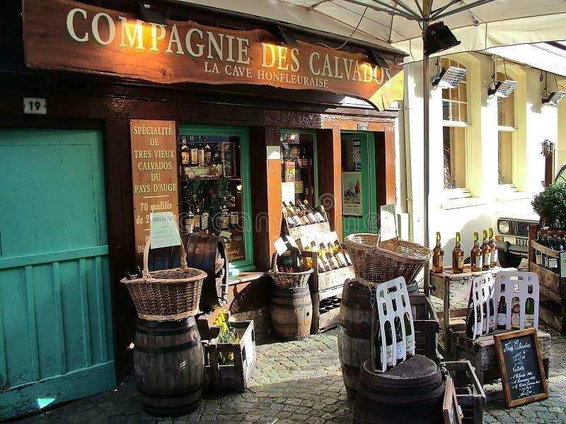 Calvados shoppar i Honfleur, Frankrike royaltyfri fotografi