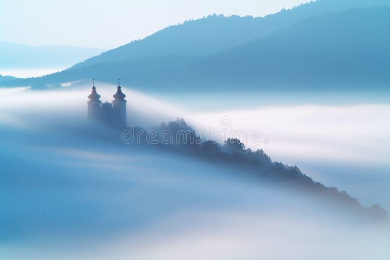 Calvary över moln i Banska Stiavnica, Slovakien royaltyfri foto
