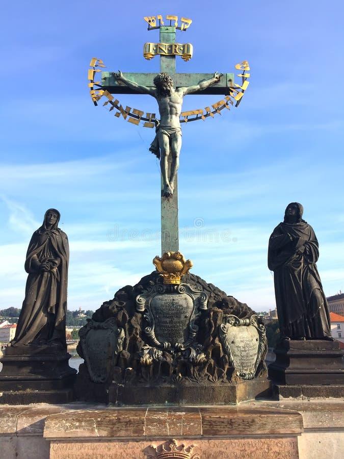 Calvary de la escultura en Charles Bridge Teólogo de la Virgen María y de Juan cerca del crucifijo checo praga fotografía de archivo