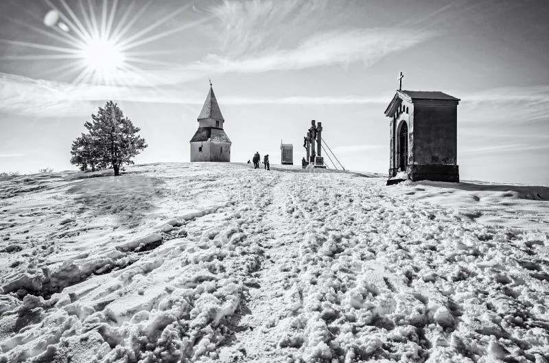Calvary i den Nitra staden, Slovakien som är akromatisk royaltyfri bild