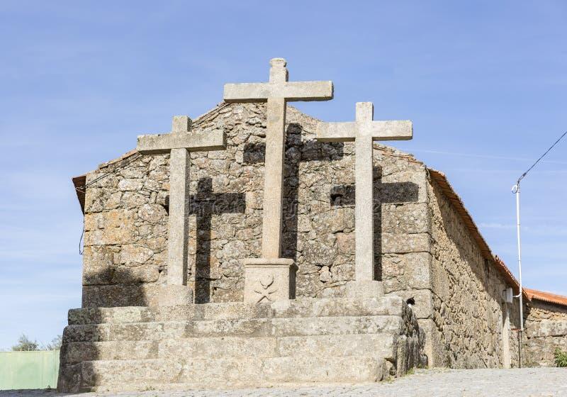 Calvary och kors av den sakrala vägen i den Bemposta byn Penamacor, Castelo Branco område royaltyfri fotografi