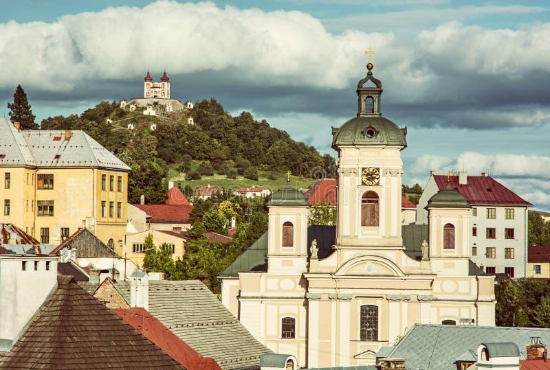 Calvary och kyrka av antagandet i Banska Stiavnica, gammal fi royaltyfri foto