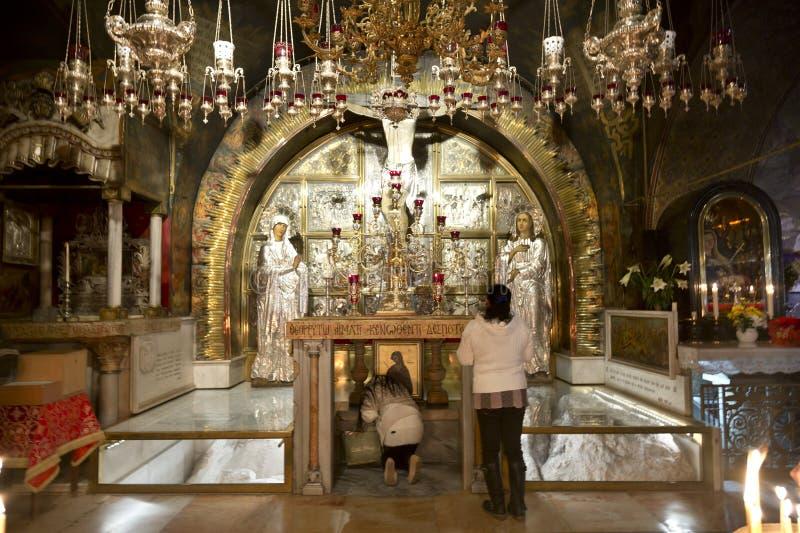 Calvaryen och det grekiska altaret i kyrkan av den heliga griften royaltyfri bild