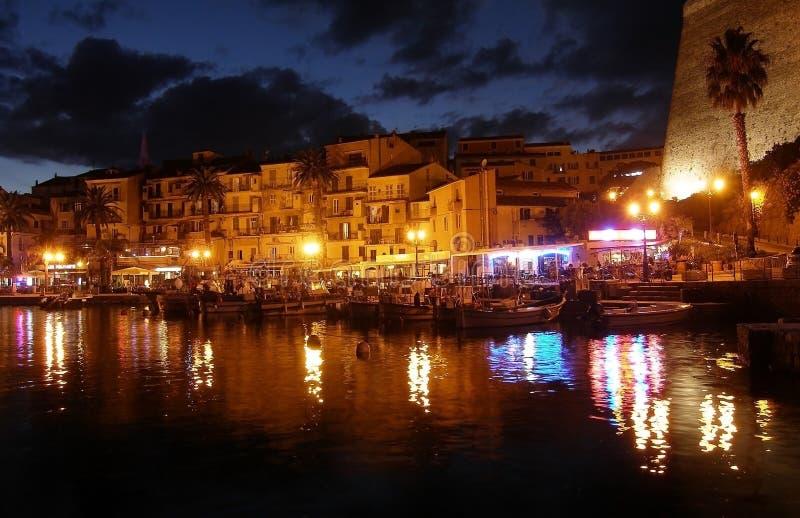 Calvi à la nuit, à la promenade et au pilier, Corse photographie stock