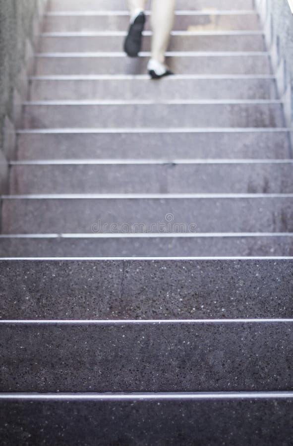 Calza las escaleras que suben imagen de archivo