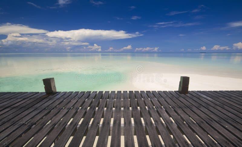 Calzada al centro turístico de isla tropical fotos de archivo libres de regalías