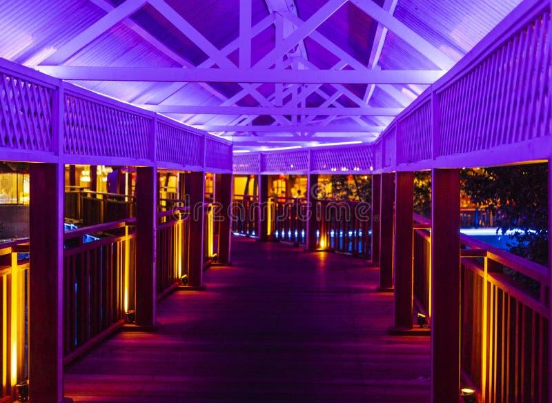 Calzada con la iluminación púrpura fotos de archivo