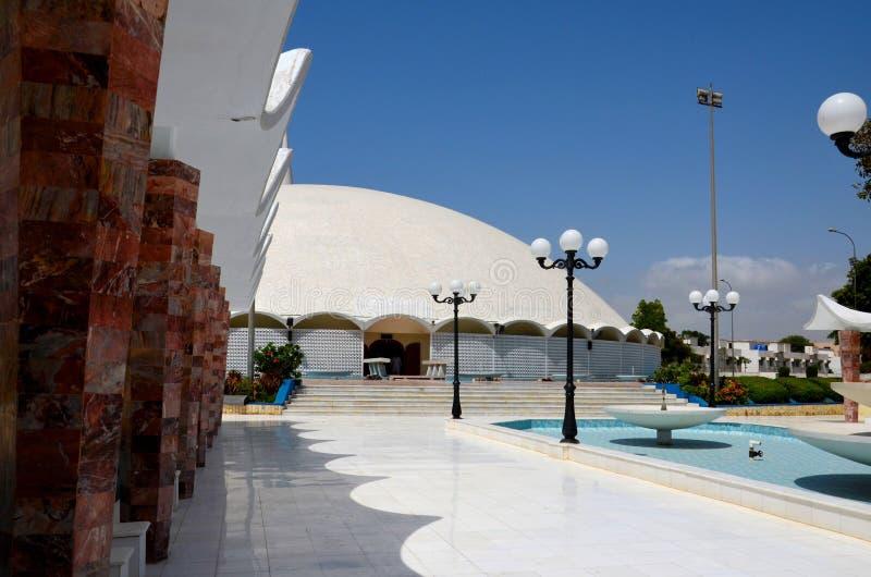 Calzada de la fuente a Masjid Tooba o mezquita redonda con el alminar y la defensa de mármol Karachi Paquistán de la bóveda de lo imágenes de archivo libres de regalías