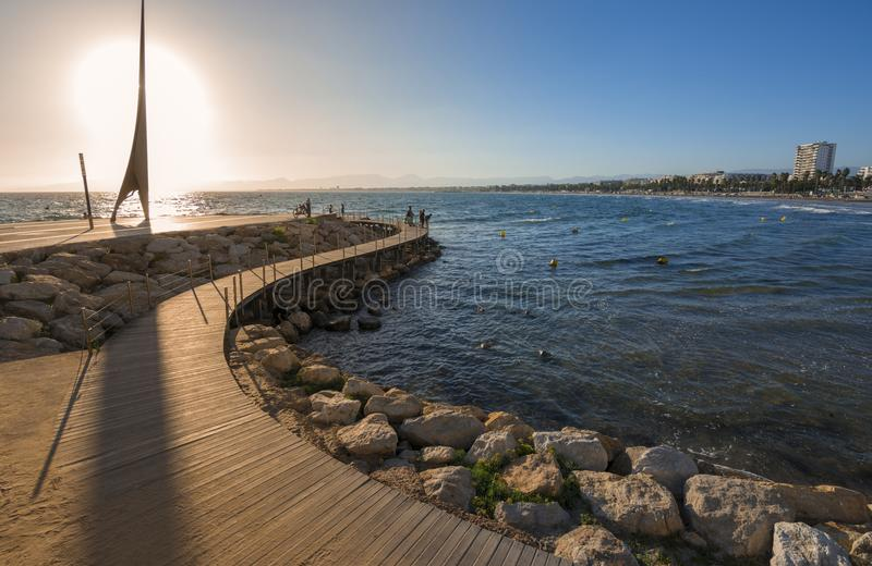 Calzada de madera sobre el mar Mediterráneo en Salou, España foto de archivo