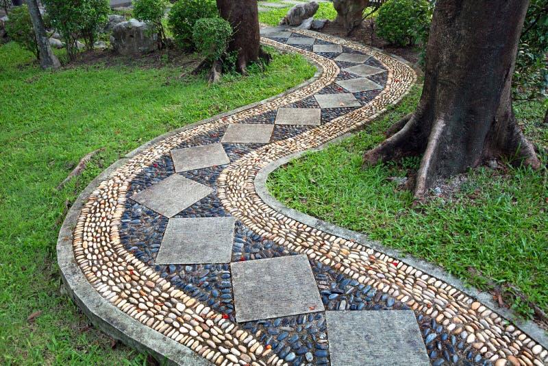 Calzada de piedra en el parque fotos de archivo