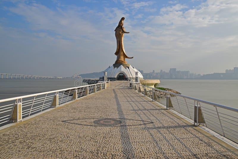 Calzada del guijarro hacia Guan Yin Statue Monument de Macao foto de archivo