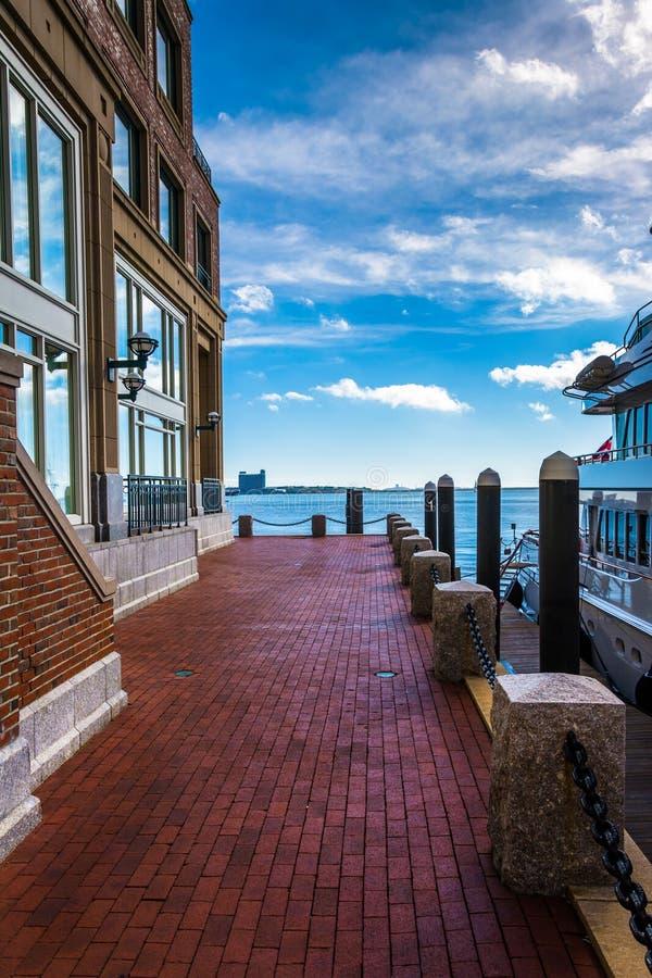 Calzada del ladrillo a lo largo de la costa en el muelle de Rowes, Boston, Massa foto de archivo