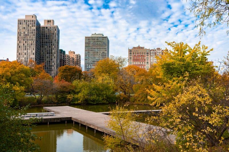 Calzada del norte de la charca durante otoño en Lincoln Park Chicago con los edificios imágenes de archivo libres de regalías