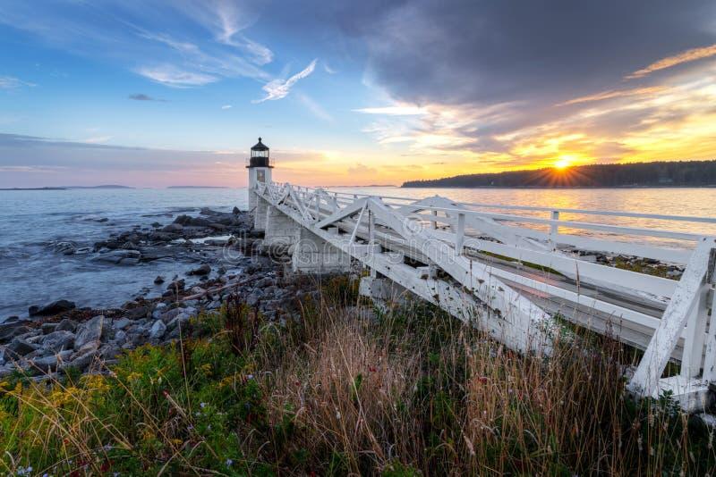 Calzada hacia fuera a Marshall Point Lighthouse foto de archivo