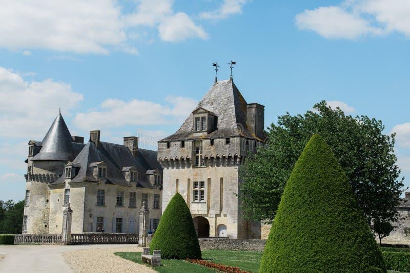 Calzada hasta un castillo viejo hermoso fotografía de archivo