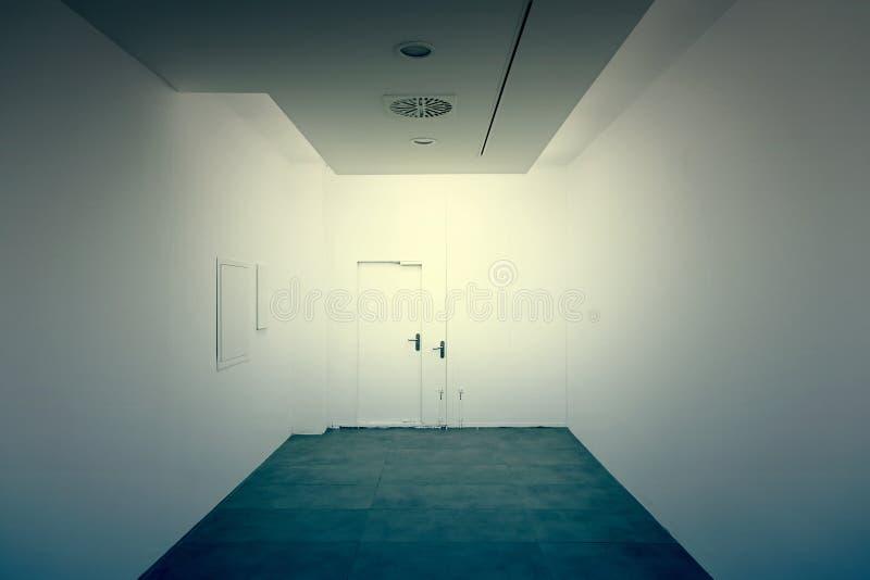 Calzada larga y pared blanca imagen de archivo libre de regalías