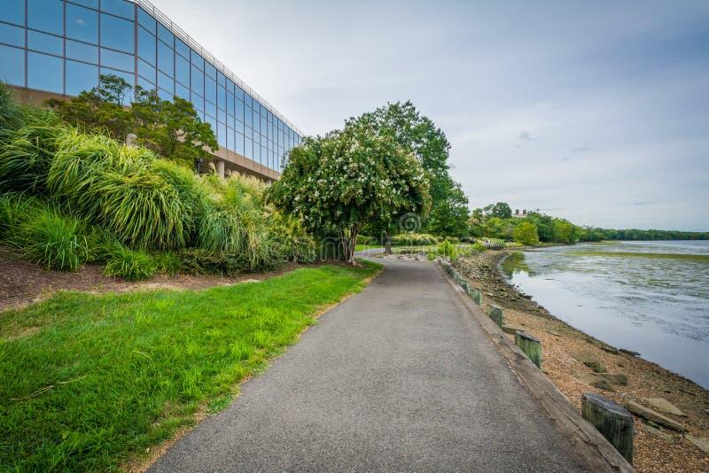 Calzada a lo largo del río Potomac y edificio de oficinas moderno en Al fotos de archivo libres de regalías