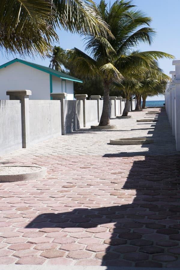 Calzada pavimentada que lleva a la playa imagen de archivo libre de regalías