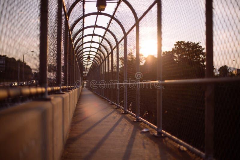 Calzada peatonal en un puente imagen de archivo