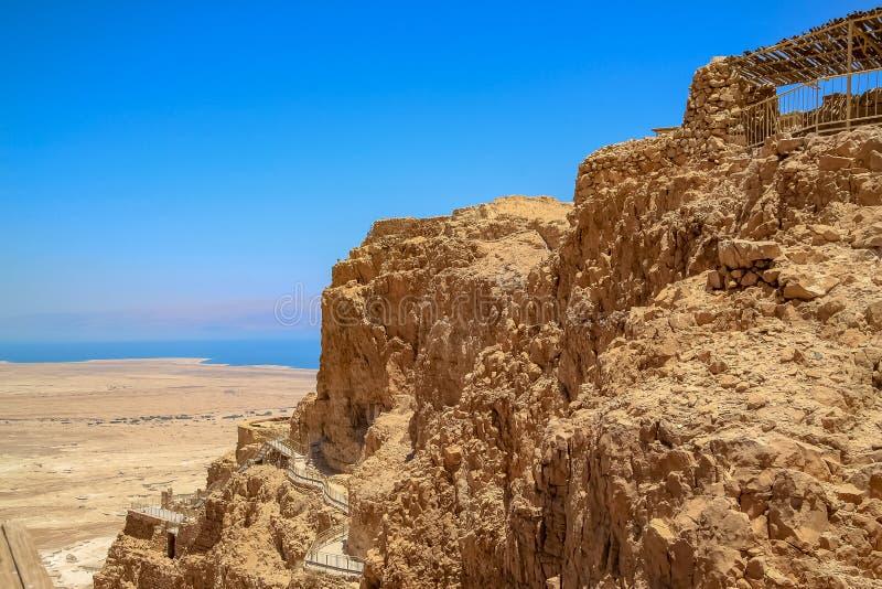 Calzada peatonal encima del lado de la montaña donde reside la fortaleza de Masada imagenes de archivo