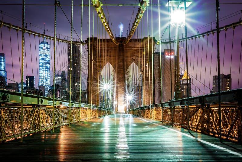 Calzada peatonal vacía del puente de Brooklyn antes de la salida del sol fotografía de archivo