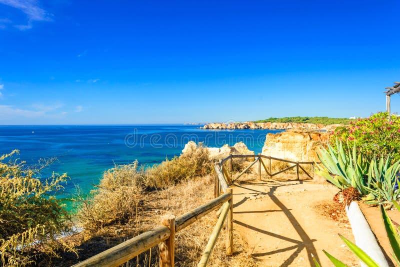 Calzada sobre el Praia DA Rocha de la playa en Portimao, Algarve, Portugal fotografía de archivo