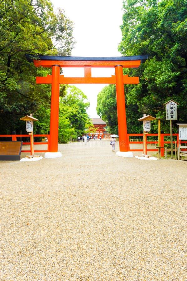 Calzada V de la entrada de la puerta de Torii de la capilla de Shimogamo imagen de archivo