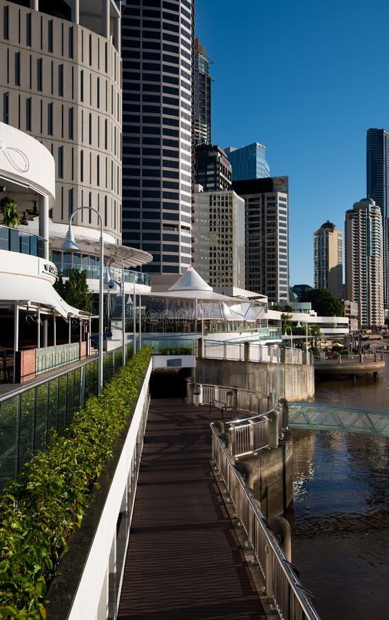 Calzada y edificios de la orilla en Brisbane fotos de archivo libres de regalías