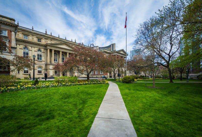 Calzada y jardines fuera de Osgoode Pasillo, en Toronto, Ontario fotos de archivo libres de regalías