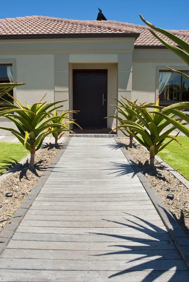 Calzada y puerta principal de una casa fotografía de archivo libre de regalías