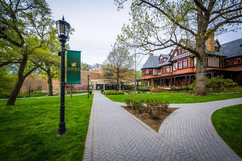 Calzadas y edificios en Loyola University Maryland, en Baltimo imagenes de archivo
