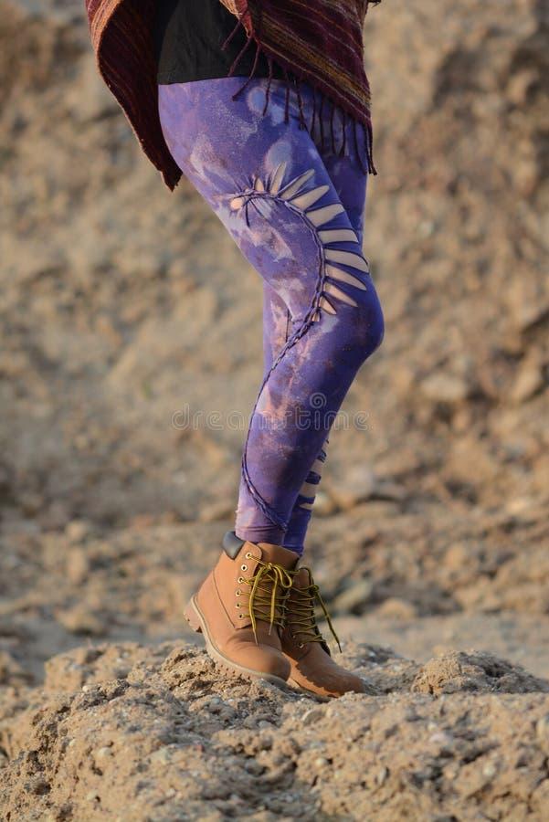 Calzamaglia variopinte uniche, gambe della ragazza, villaggio roccioso di camminata di ir fotografia stock