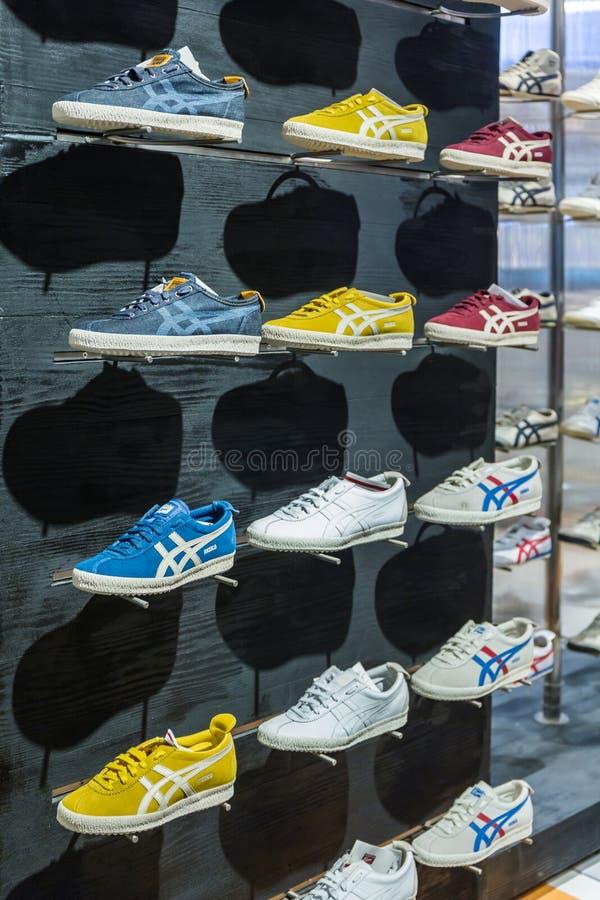 Calzature della tigre di Onitsuka nel deposito fotografia stock