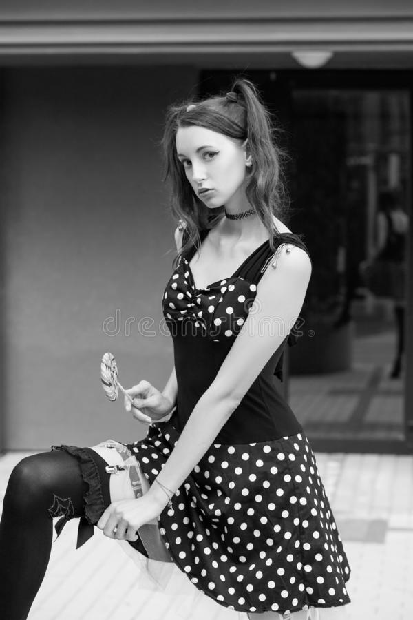 Calze di manifestazione della ragazza fotografie stock libere da diritti