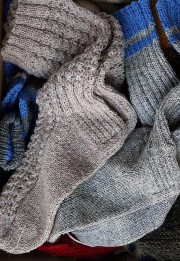 Calzini di lana a maglia per riscaldarti i piedi fotografia stock