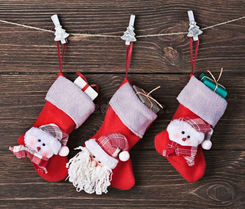 Calzini di Natale con l'attaccatura dei regali fotografie stock libere da diritti