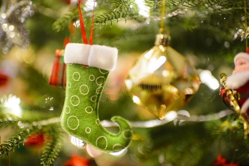 Calzini e decorazione di Natale che appendono sull'albero di Natale immagini stock