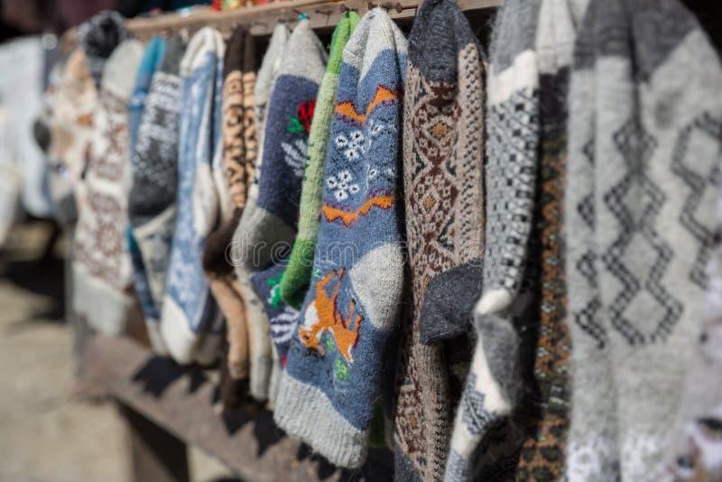 Calzini e pantofole tricottati, Georgia Mercato di strada con i calzini e le pantofole tricottati, immagini stock