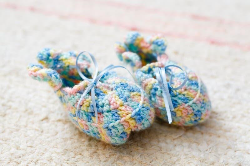 Calzini lavorati a maglia del bambino fotografia stock