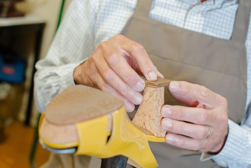 Calzolaio che lavora al tallone della scarpa fotografie stock