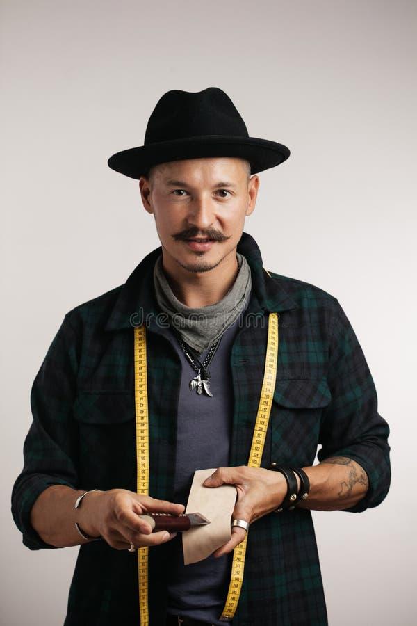 Calzolaio professionista in cappello isolato sopra fondo bianco fotografie stock libere da diritti