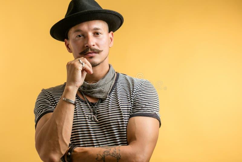 Calzolaio professionista in cappello isolato sopra fondo bianco fotografie stock