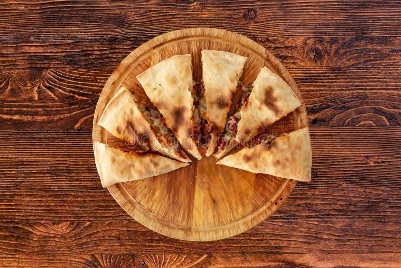 Calzone della pizza sulla tavola strutturata, per il menu del ristorante, caffè, pubblicità fotografie stock