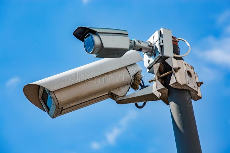 Caméra CCTV double sécurité sous ciel bleu photos libres de droits