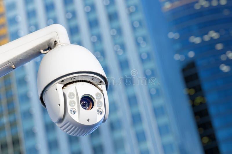 Caméra CCTV moderne avec des immeubles d'affaires en arrière-plan images stock