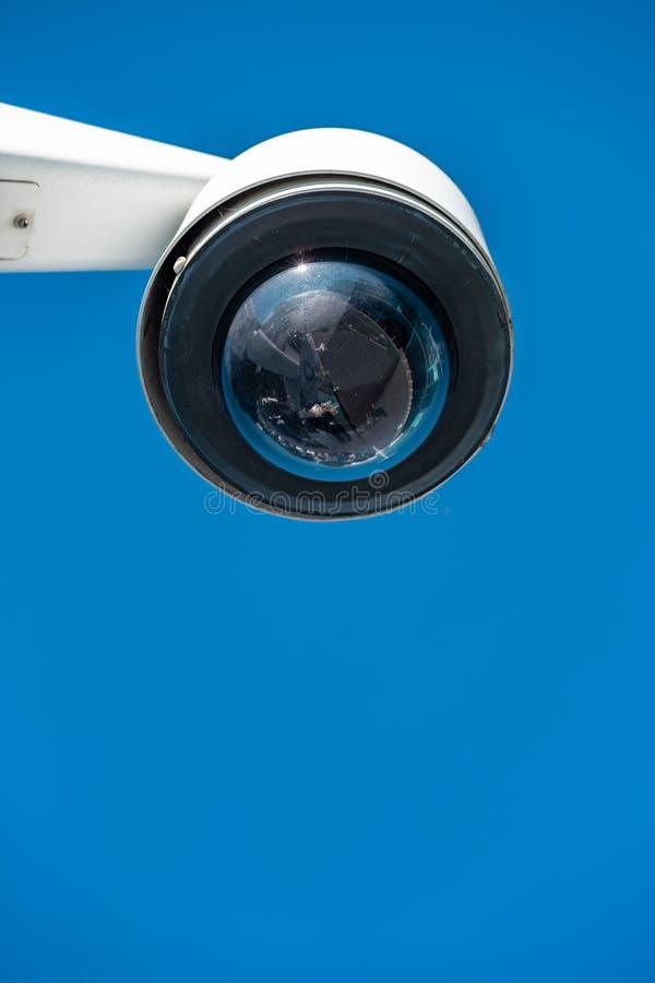 Caméra CCTV moderne sur fond de ciel bleu clair photo stock