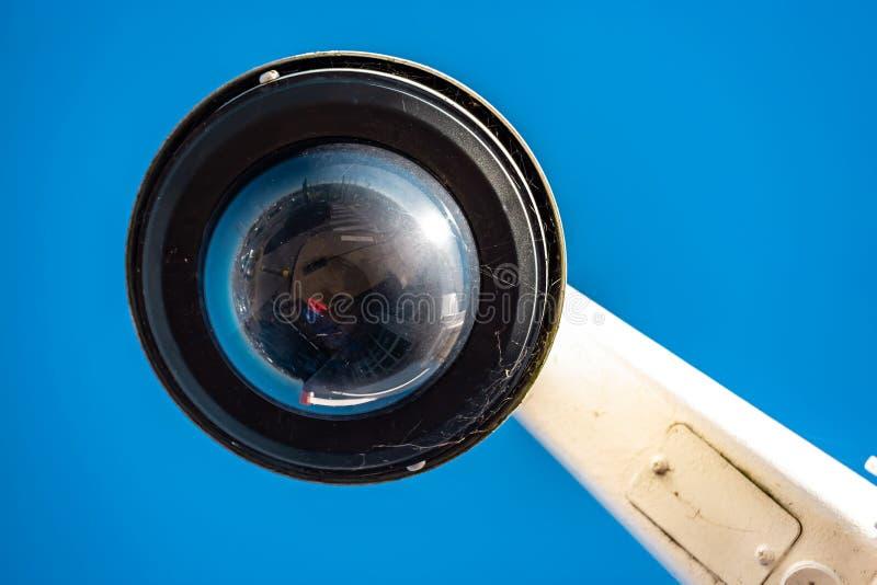 Caméra CCTV moderne sur fond de ciel bleu clair image libre de droits