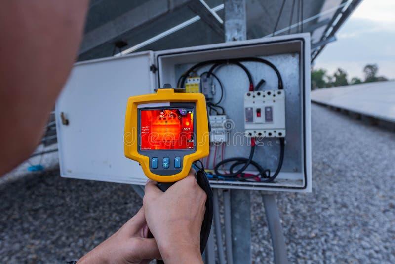Caméra d'image de Thermoscanthermal, équipement industriel utilisé pour examiner la température interne de la machine pour assure photos stock