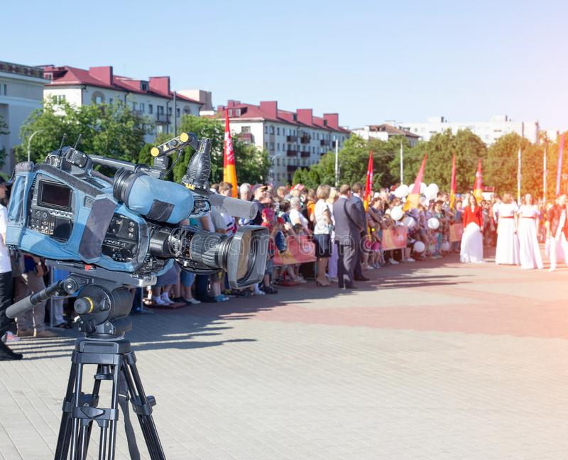 Caméra dans la perspective d'une foule des personnes dans le concept de ville, de journalisme et de nouvelles, l'espace de copie, photos stock